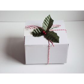 Pack of 10 white high Gloss Gift/favour boxes with hinged lid (10cm x 10cm x 5cm) with Red bakers twine, gift tags & artificial holly leaves with berries