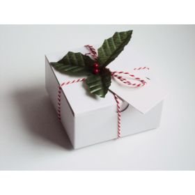 Pack of 10 white high Gloss Gift/favour boxes with hinged lid (13cm x 13cm x 8cm) with Red bakers twine, gift tags & artificial holly leaves with berries